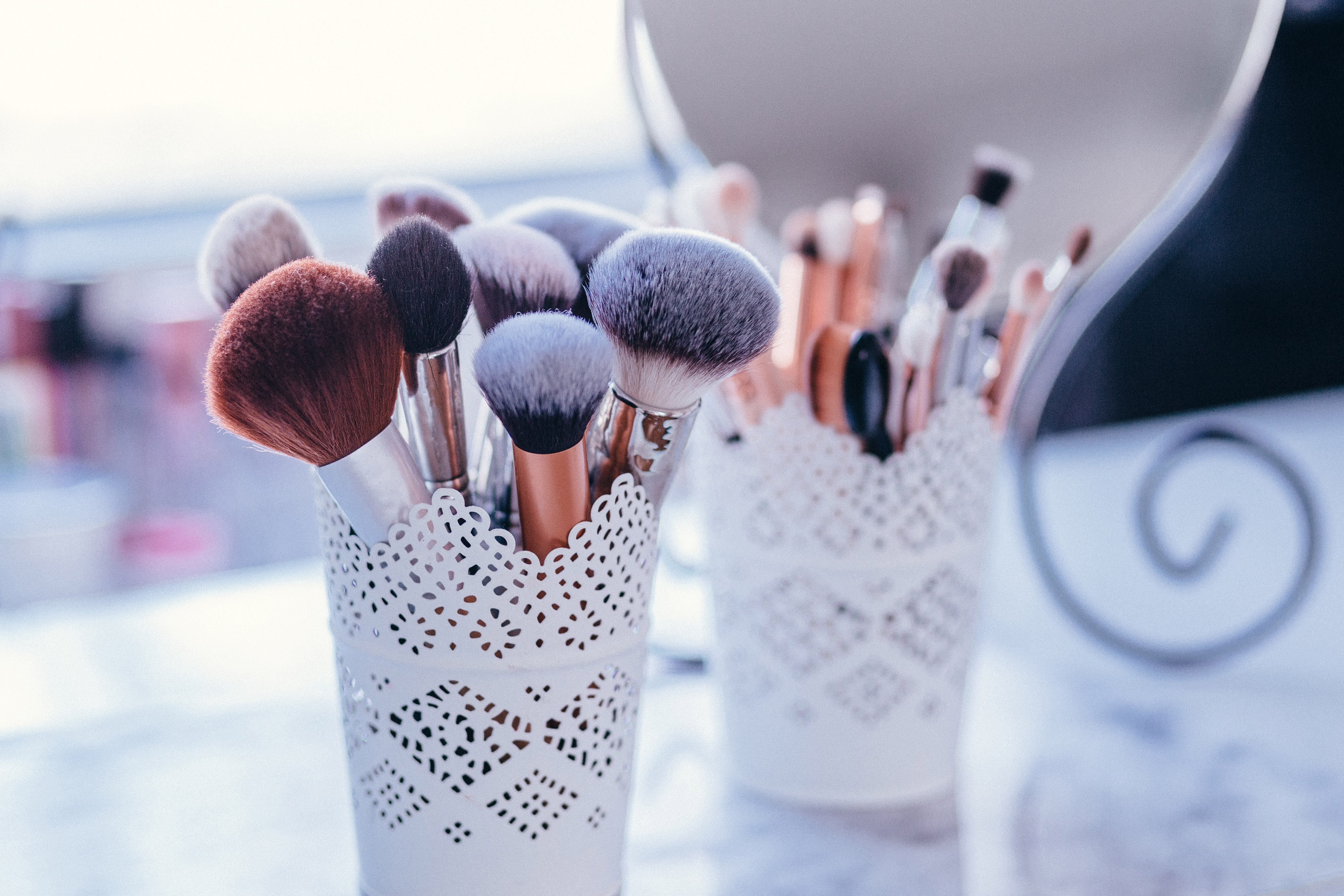 brushes-in-a-beauty-salon